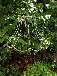 unique garden designs - The most beautiful garden decor Garden Whimsy, Garden Junk, Unique Gardens, Amazing Gardens, Garden Crafts, Garden Projects, Yard Art, Lamp Shade Frame, Jardin Decor