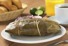 Oaxacan tamales are traditionally wrapped in banana leaves, try this recipe that tastes delicious and will transport you to this state with its delicious flavor. Real Mexican Food, Mexican Cooking, Mexican Food Recipes, Ethnic Recipes, Vegan Tamales, Honduran Recipes, Mexican Tamales, Gourmet Recipes, Cooking Recipes