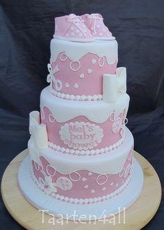 """Roze babyshowertaart met als inspiratie """"Little Angel Babyshower""""."""
