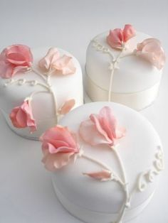 Peach sweet pea individual cakes Individual white iced wedding cakes with sugar sweet peas Gorgeous Cakes, Pretty Cakes, Amazing Cakes, Fancy Cakes, Mini Cakes, Fondant Cakes, Cupcake Cakes, Tea Cakes, Individual Wedding Cakes