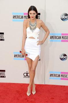 La modelo Kendall Jenner con look formado por top y minifalda blanca de Keepsake, que combinó con zapatos de Manolo Blahnik y collar de Dylanex.