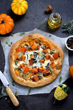 Two squash pizza (pumpkin and butternut) and gorgonzola. An easy, delicious, vegetarian and seasonal recipe Two squash pizza (pumpkin and butternut) and gorgonzola. An easy, delicious, vegetarian and seasonal recipe Vegetarian Pizza Recipe, Healthy Pizza Recipes, Vegetable Recipes, Vegan Recipes, Squash Pizza, Best Italian Recipes, Crockpot, Easy, Italian Cooking