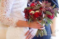 Олеся Гавриш - свадебная флористика и декор - Свадебный букет в винной гамме с пионовидными розами и жимолостью