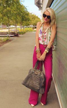 quero uma calça assim já! Amo calças de alfaiataria e essa em pink ganhou meu coração. Nem precisa de muito pra completar o look, a blusa floral ficou ótima!