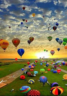 Hot Air Balloon Festival in Chambley, France. It is the largest hot air balloon festival in the world. Air Balloon Festival, Cool Photos, Beautiful Pictures, Air Ballon, Air Balloon Rides, Hot Air Balloons, Balloon Clouds, Foil Balloons, Photos Voyages