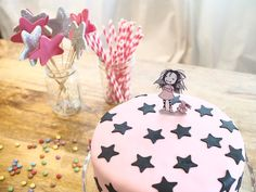 Tarta rosa con estrellas negras de Isadora Moon The Effective Pictures We Offer You About Two the moon birthday party backdrop A quality picture can tell you many Birthday Party Outfits, Birthday Party Invitations, Girl Birthday, Birthday Parties, Mooncake, Matilda Cake, Moon Party, Cool Birthday Cakes, Backdrops For Parties