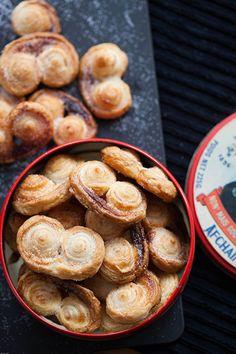 Wanneer je in Spanje langs een pasteleria loopt zie je, altijd naast de enorme variatie aan koekjes en gebak, overheerlijke grote zoete en kleverige palmeras. Nu ben ik zelf niet zo'n enorme zoetek...