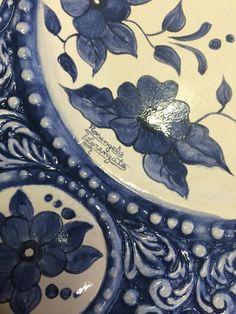 Detalhe de prato de cerâmica em baixo esmalte