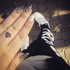 small diamond finger tattoo #ink #youqueen #girly #tattoos #diamond @youqueen Diamond Finger Tattoo, Diamond Tattoos, Finger Tattoos, Girly Tattoos, Small Tattoos, Tatoos, Uv Tattoo, Rough Diamond, Class Ring