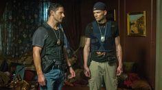 Eric Bana y Joel McHale en Líbranos del Mal (2014)
