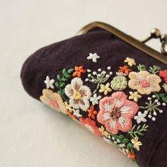 昨日の刺繍はがま口のお財布になりました✨ . . #刺繍#手刺繍#ステッチ#手芸#embroidery#stitching#자수#broderie#bordado#вишивка#stickerei#がま口#お財布#花の刺繍