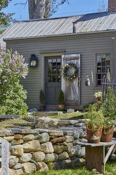 Garden For Beginners .Garden For Beginners Primitive Homes, Primitive Decor, Primitive Bedroom, Primitive Antiques, Primitive Country, New England Homes, New England Style, Saltbox Houses, Old Houses