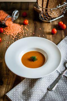 Indische Linsensuppe   Der Orient zieht heute in unsere Küche ein. Das Rezept hat uns so begeistert, dass ich es gerne mit euch teilen will. Eine leckere Indische Linsensuppe die sehr simpel umzusetzen ist und jeden Gaumen überzeugen wird. Die Suppe eignet sich hervorragend wenn ihr mal ein paar mehr Gäste versorgen müsst.