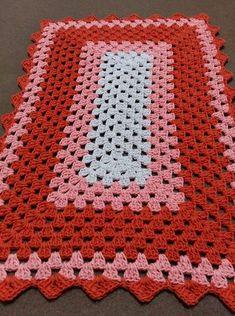 Helga table runner pattern by Karin Åshammar/Virklust Crochet Mat, Crochet Carpet, Crochet Table Runner, Crochet Blocks, Crochet Home, Crochet Blanket Patterns, Baby Blanket Crochet, Crochet Doilies, Hand Crochet