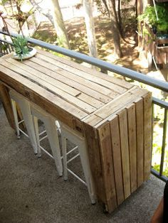 Ecocentric: Custom balcony table made of pallets