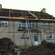 Not so safe scaffold. Wooden Rakers