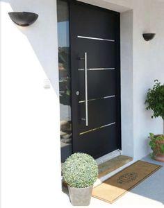 Insulation sealing resistance: More efficient entry doors House Doors, House Entrance, Entrance Doors, House With Porch, Cozy House, Door Design, House Design, Isolation, Iron Doors