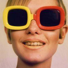Twiggy portant des #lunettes rétro colorées à montures carrées !