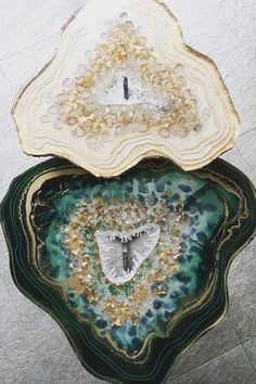 Each geode table created by Mrs Colorberry is made out of resin adorned with crystals, stones, pigments, and glitter. Resin Furniture, Furniture Design, Epoxy Resin Art, Resin Pour, Resin Artwork, Resin Table, Resin Crafts, Decorative Boxes, Perfect Woman