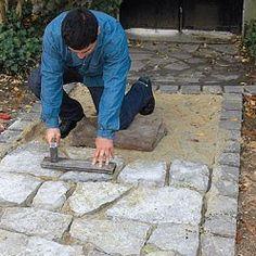 Comment créer une allée en pierre naturelle au jardin ? Les étapes d'une réalisation aussi facile qu'esthétique expliquées par Système D.