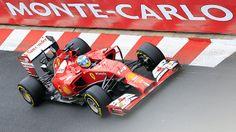 Uno scroscio di pioggia prima dell'inizio della seconda sessione di libere mescola le carte in tavola e, dopo 45 minuti di box, Alonso trova il momento giusto per scendere in pista facendo un tempo vicinissimo a quello di Hamilton nella mattinata. Il Ferrarista conduce davanti al leader del mondiale e al rivale di sempre, Vettel. Quindi Vergne, Bottas e Perez. Staccato Ricciardo, problemi per Rosberg, 20° e Räikkönen, 22°…