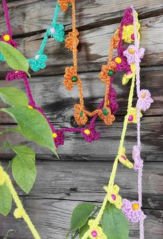 Virka en blommande girlang – så gör du!   Leva & bo   Inredning, tips om möbler, trädgård, heminredning, bygg   Expressen Stick O, Crochet Flowers, My Little Pony, Crochet Necklace, Tips, Room, Craft Work, Bedroom, Crocheted Flowers