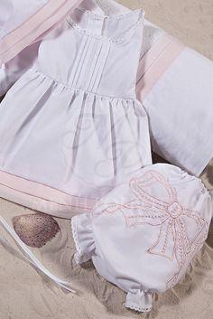 Λαδόπανα βάπτισης για κορίτσι λευκό βαμβακερό με ροζ λεπτομέρειες από ύφασμα ζορζέτα και κεντημένο βρακάκι