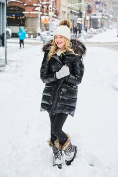 37 Cozy Snow Outfits Style Ideas For Pretty Women To Have Soon - If you are planning a trip to the snow, the first thing that you need to be concerned about is what to wear while going to the snow. When choosing the. Women's Puffer Coats, Winter Stil, Puffy Jacket, Jackets For Women, Clothes For Women, Dress With Cardigan, Winter Outfits Women, Winter Wear, Winter Wardrobe