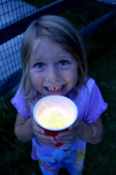 Glow-in-the-dark Drinks. What a cute idea for kids when you are at a late night picnic. Wait - we are going to a movie in the park tonight! use double clear cups and put glow sticks in between, cute for of july nighttime activities! Night Picnic, Bonfire Night, Glow Stick Party, Glow Sticks, Kids Movie Party, Sleepover Party, Movie In The Park, Kid Drinks, Camping Drinks