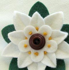 Natale bianco fiore feltro Pin Poinsettia con di dorothydesigns
