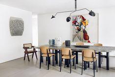 Table Goutte d'eau d'Ado Chale, fauteuil Office Pierre Jeanneret (Laffanour – Galerie Downtown), chaises Standard Jean Prouvé