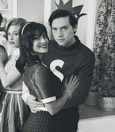 Riverdale Veronica, Bughead Riverdale, Riverdale Funny, Cole Sprouse Jughead, Cole M Sprouse, Camila Mendes Veronica Lodge, Lola Grace, Archie And Betty, Camilla Mendes