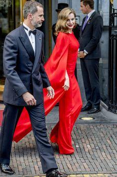 🇺🇸 Queen Letizia: Red Evening Gown — 🇪🇸 Los Reyes de España acudieron al cumpleaños de Guillermo-Alejandro de Holanda Royal Dresses, Dressy Dresses, Nice Dresses, Princess Of Spain, Royal Princess, Princess Letizia, Queen Letizia, Red Evening Gowns, Estilo Real