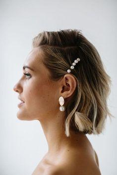 Chic Modern Bridal Jewellery, Wedding Jewelry, Corona Floral, Pearl Earrings Wedding, Bride Earrings, Silver Earrings, Pearl Hair Pins, Wedding Hair Inspiration, Wedding Hair Pieces