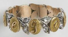 """Bague acrostiche """"Joséphine"""": Entre neuf petits disques en or à fond amati portant chacun une lettre du prénom J O S E P H I N E sont intercalés des diamants taillés en rose sertis dans des rameaux doubles en argent."""
