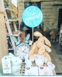 Easter, spring, bunny window display at Lou Poppin's concept store #Pâques #lapin #chocolat
