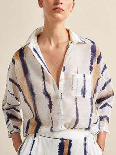 Elegant women's shirts & blouses this Spring/Summer 2020 at Massimo Dutti. Find modern plain or printed shirts and blouses in linen, poplin, cotton or leather. Tie Dye Fashion, Look Fashion, Fashion Outfits, Shibori Fabric, Shibori Tie Dye, Tie Dye Crafts, Tie Dye Outfits, Mode Chic, Dye Shirt