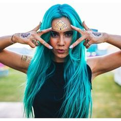 Need a little something to spice up your next music festival outfit? Shop Festival Gear's metallic flash tattoo collections now for the perfect look Style Hippie Chic, Gypsy Style, Boho Chic, Bohemian, Color Fantasia, Color Del Pelo, Festival Gear, Hair Color Blue, Colored Hair
