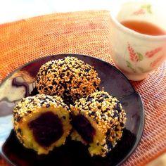 さつまいもの優しい甘さの柔らかいお餅です✨ 温かいお茶と一緒にいただきます〜 以前デパートの物産展で、熊本のくま純という和菓子屋さんで買ったゴマ芋餅がめちゃくちゃ美味しくて、でもお取り寄せ不可だったから自分で再現して作るようになっちゃった 時間が経っても餅が柔らかくてホッとする味です - 622件のもぐもぐ - レンジで簡単さつまいも胡麻餅 by ベル