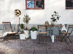 Äntligen tar vi fram utemöblerna och inreder för det sköna vardagslivet ute. Vi vårstädar uteplatsen, lyfter ut olivträden från sin vintervila och nyplanterade färska kryddor markerar starten på en varmare årstid.