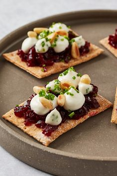 Paul Welburn shares his beetroot and goats cheese canapé recipe with us. Finished with toasted pine nuts and chopped chives, these stunning crispbreads are a great vegetarian canapé. Vegetarian Canapes, Vegetarian Sandwiches, Vegetarian Dinners, Vegetarian Starters, Going Vegetarian, Vegetarian Breakfast, Vegetarian Food, Tapas, Dinner Party Starters