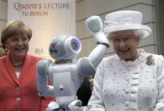 A rainha #Elizabeth, do #ReinoUnido, interage com robô em visita a uma universidade de #Berlim. Foto Michael Sohn/Reuters.