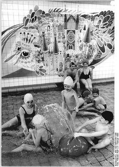 Schwerin Schwimmhalle mosaik February 1985