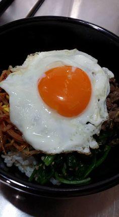 162. (4) 煎合苞蛋 放在上面 ( 蛋要半熟 ) 像圖片 & (4) fried hop bao eggs on top (egg to semi-cooked) like this photo