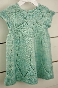Beautiful knitted baby dress - wish I could knit! Knit Baby Dress, Knitted Baby Clothes, Baby Knits, Baby Dress Patterns, Baby Knitting Patterns, Crochet Pattern, Vestidos Bebe Crochet, Knitting For Kids, Free Knitting