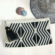 Wayuu wool clutch with generous wool tassel and zip closure. The dense single-thread hand-crocheted construction makes these useful pouches both sturdy and very durable. Crochet Quilt, Tapestry Crochet, Crochet Yarn, Hand Crochet, Crochet Clutch, Crochet Handbags, Crochet Designs, Crochet Patterns, Mochila Crochet