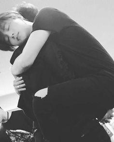 Yunhyeong and jianan hugging Chanwoo Ikon, Kim Hanbin, Yg Entertainment, Bobby, Ikon Kpop, Ikon Wallpaper, Fandom, Kim Jin, Korea