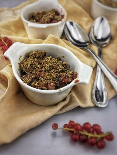 Breakfast Berry Crumble. A healthy breakfast crumble is such a comforting breakfast when the days get colder. This mixed berry and oat breakfast crumble is such a perfect example of that. You can find the recipe via the 'visit' button or on organichappiness.nl