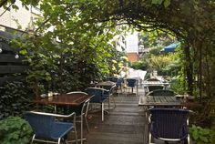 Het einde van het theaterseizoen is in zicht en dat heeft Café Restaurant Floor aan het Schouwburgplein doen besluiten de deuren naar hun verborgen achtertuin te openen!
