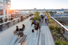 Take a Walk on the High Line with Iwan Baan,View looking west at sunset. Conversation benches and a Rail Track Walk are visible. Image © Iwan Baan, 2014 (Section 3)